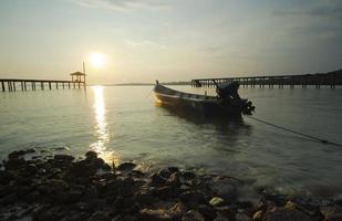 vissersboot alleen achtergelaten voor zonsondergang