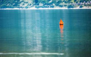 rode boei in zee foto