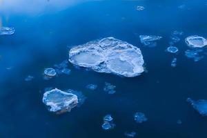 ijs drijvend langs de rivier de Missouri