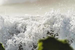 scheutje zeewater op de stenen