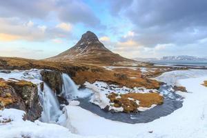 schoonheid van de berg Kirkjufell met watervallen foto