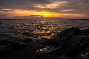 zonsondergang door Zweeds meer - reis- en landschapsachtergrond