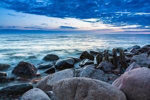 kribben aan de oever van de Oostzee