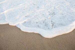 witte wasgolven op het strand