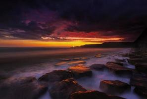 rotsachtige kustlijn van Dorset bij zonsondergang