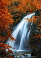 prachtige waterval. herfst foto