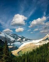 majestueuze toppen op verborgen meerpad foto