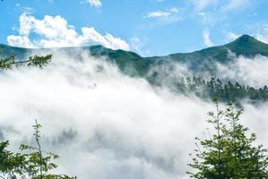 Madeira eiland landschap met mist hoge toppen foto