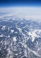 uitzicht op grote hoogte van de bevroren toendra in arctisch Canada.