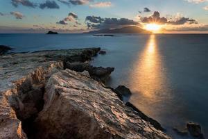rotsachtige kust tijdens zonsondergang in Griekenland.
