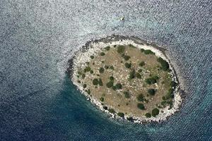 klein eiland in kornati-archipel, adriatische zee, kroatië