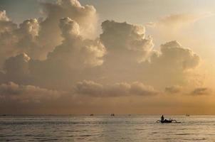vissersboot, bali, indonesië.