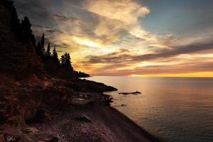 zonsopgang op de noordkust van het meer superior in lutsen minnestoa