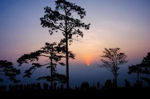 silhouet van toerist op bergtop wachten zie zonsopgang
