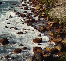 stenen inham met grote rotsen aan zee