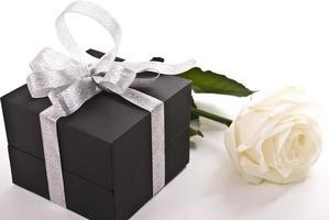 geschenk en roos foto