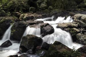 waterval in Koynanagar, India circa augustus 2014 foto