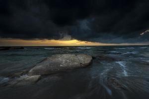 storm voor de zonsondergang op zee