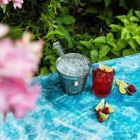 rode bosbessen fruitdrank met limoen en ijs foto