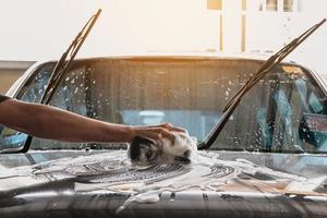 het wassen van de motorkap van een auto