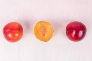 rode en gele pruimvruchten