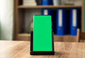 smartphone op een telefoonhouder