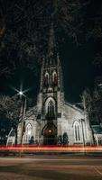 grijze betonnen kerk