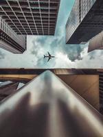 lage hoekfoto van hoge gebouwen foto
