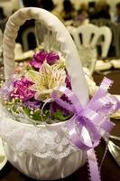 bloemenmeisje mand met paars lint foto