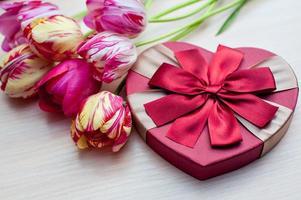 tulpen en dozen met geschenken op een witte achtergrond foto