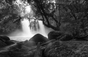 Aziatische waterval schoffel-swot-waterval thailand foto