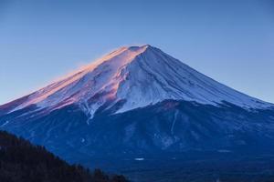 zet fuji in roze zonsopgang op foto