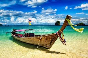lange staartboot op strand, thailand