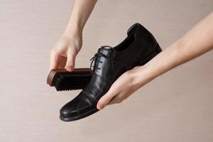 polijsten van schoeisel foto
