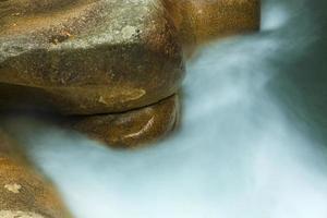 close-up van mistig water en oranje graniet, new hampshire.