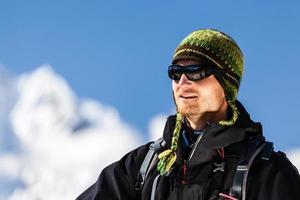 man wandelaar portret in hoge bergen van de Himalaya, nepal foto