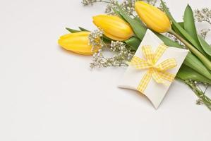 fiori e pacco regalo foto