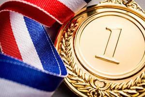 gouden medaillewinnaar bij de lichte achtergrond foto