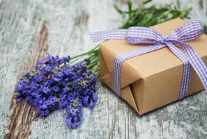 lavendel en geschenkdoos foto