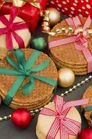 kerstkoekjes en geschenken foto