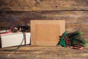 kerst geschenkdoos met kaarten op een houten achtergrond foto