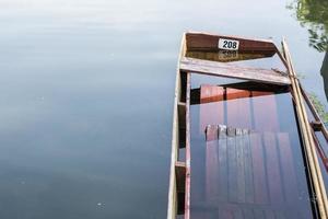 fragment van gedeeltelijk verdronken vissersboot in stilstaand water