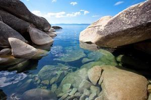 grote granieten rotsblokken aan de ongerepte oever van het meer