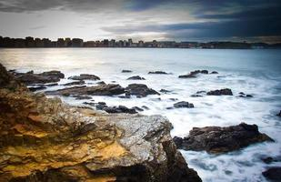 rotsachtig strand foto