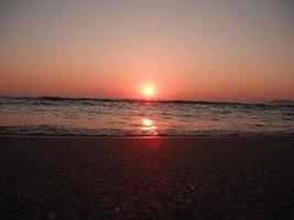 prachtige zonsondergang aan zee