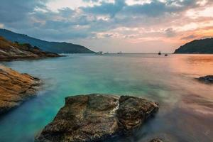 tropisch strand bij zonsondergang. foto