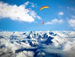 paraglider vliegt tegen de everest-regio, nepal foto