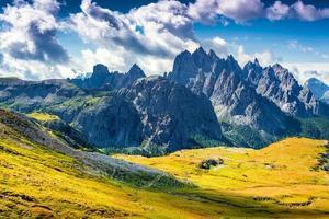 kleurrijke zomerochtend in het assortiment cadini di misurina