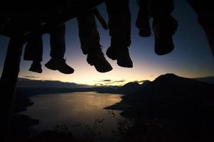 reizigers kijken naar de zonsopgang vanaf de top van een berg