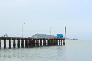 blauwe hut op oude houten pier van zeehaven
